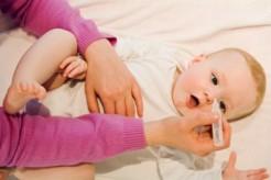 Bé sơ sinh bị đau mắt phải làm sao?