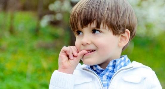 Trẻ hay cắn móng tay phải làm sao? có bị bệnh gì không?