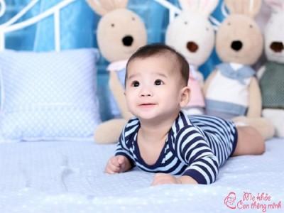 Em bé mấy tháng biết lật? Mẹo hay giúp em bé sớm biết lật