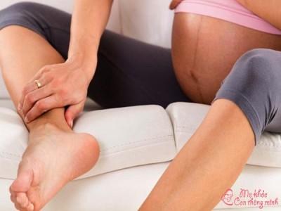 Nước ăn chân là gì? Nước ăn chân bà bầu có nguy hiểm không?
