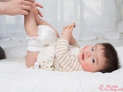 [Tư vấn] Trẻ sơ sinh đi ngoài có hạt vàng có sao không?