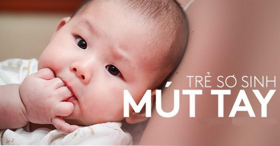 Có nên cho trẻ sơ sinh mút tay không?