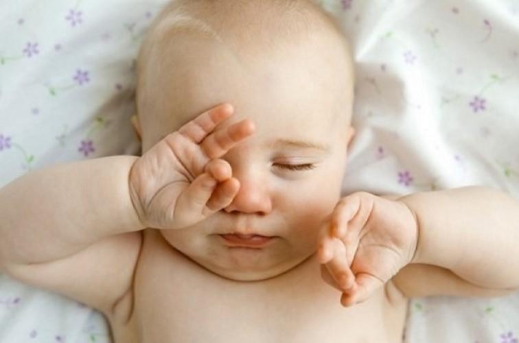Bé sơ sinh bị đau mắt phải làm sao? Cách chữa như thế nào?