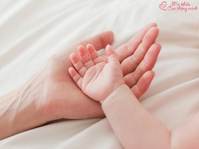 Tay trẻ sơ sinh bị lạnh có sao không? Mẹ nên làm gì để trẻ hết lạnh?