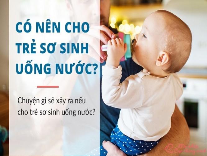 Giải đáp thắc mắc: Có nên cho trẻ sơ sinh uống nước không?